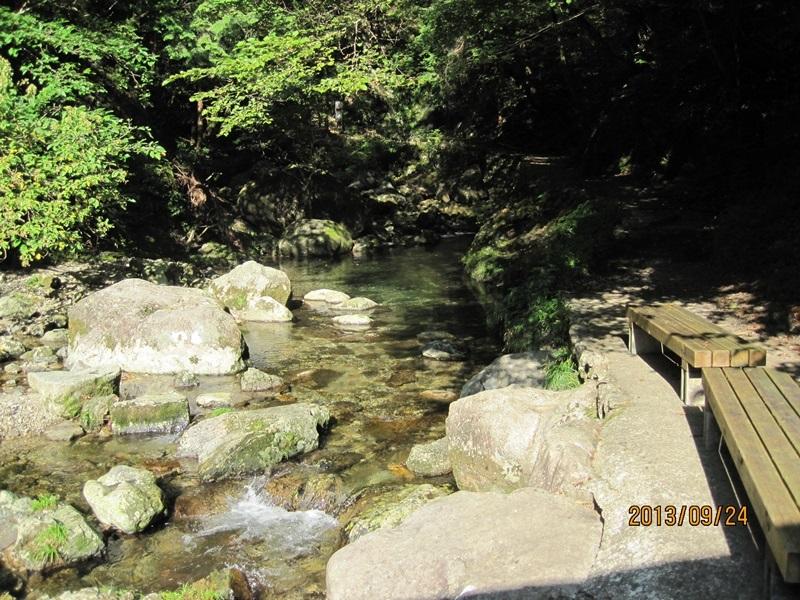 滝茶屋の前の谷川