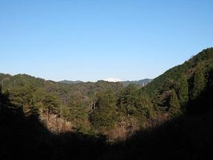 滝遊歩道から雪山